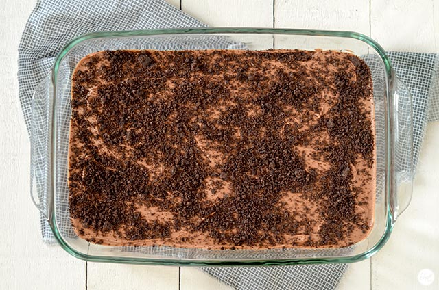 oreo crust, hot fudge sauce, and more oreo crumbs!